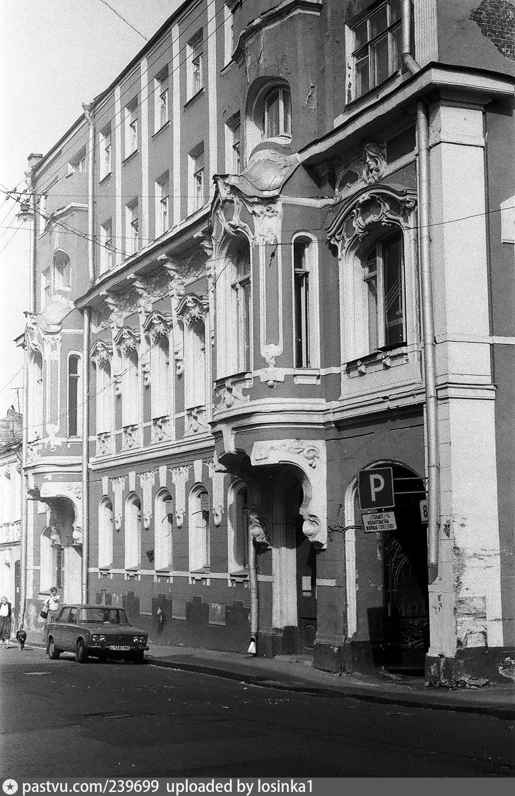 1990 год. Здание тогда было выкрашено в красно-белый цвет. Окна подвального этажа заделаны, над окнами надстроенных этажей нет лепнины, но между окон есть вертикальные тяги, на арке ворот нет виньетки с именем владельца дома.