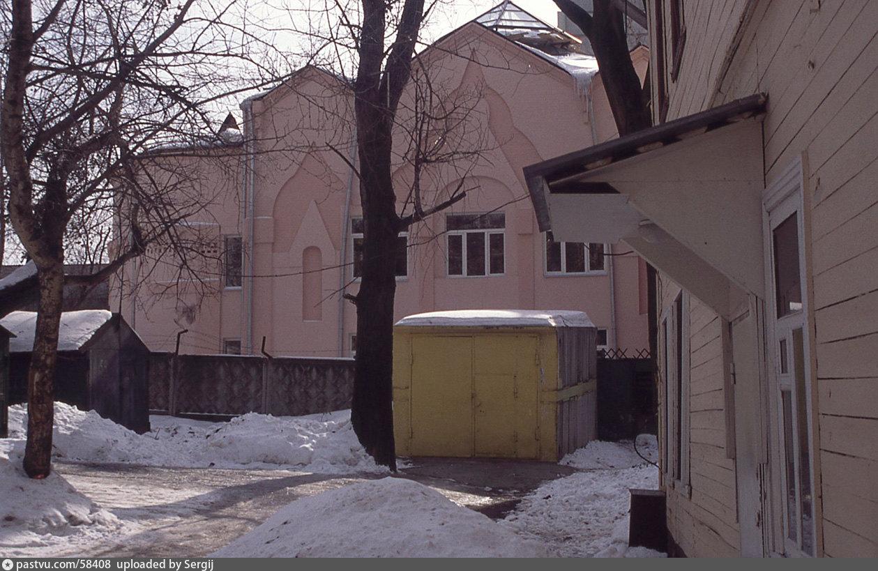 фото 1999 года. Здание оштукатурено и окрашено в розовый цвет. Вместо центрального купола, стеклянная пирамида. На переднем плане справа бывший жилом дом ямщика Рогожской слободы В. Ширяева,