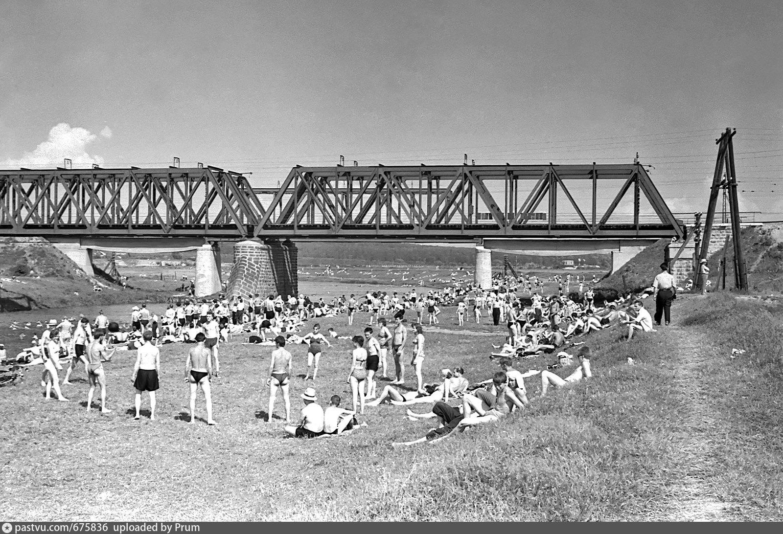 Фотография 1961 года. Вода в Пахре тогда была гораздо чище. Немудренно, что все берега усыпаны отдыхающими.