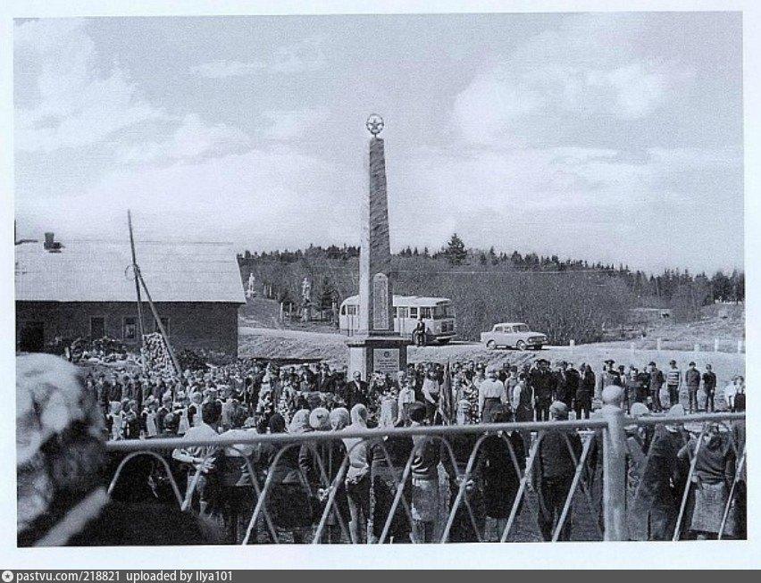 У памятника в деревне Каменка. 1961–1975