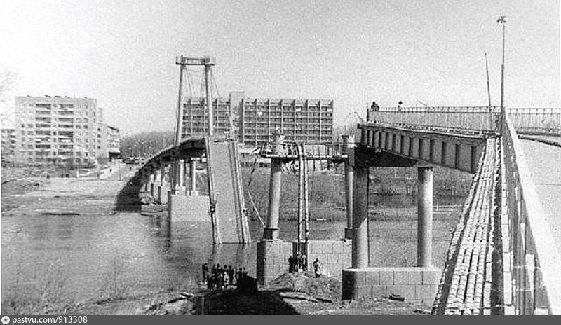 Вид на аварийный мост от храма.