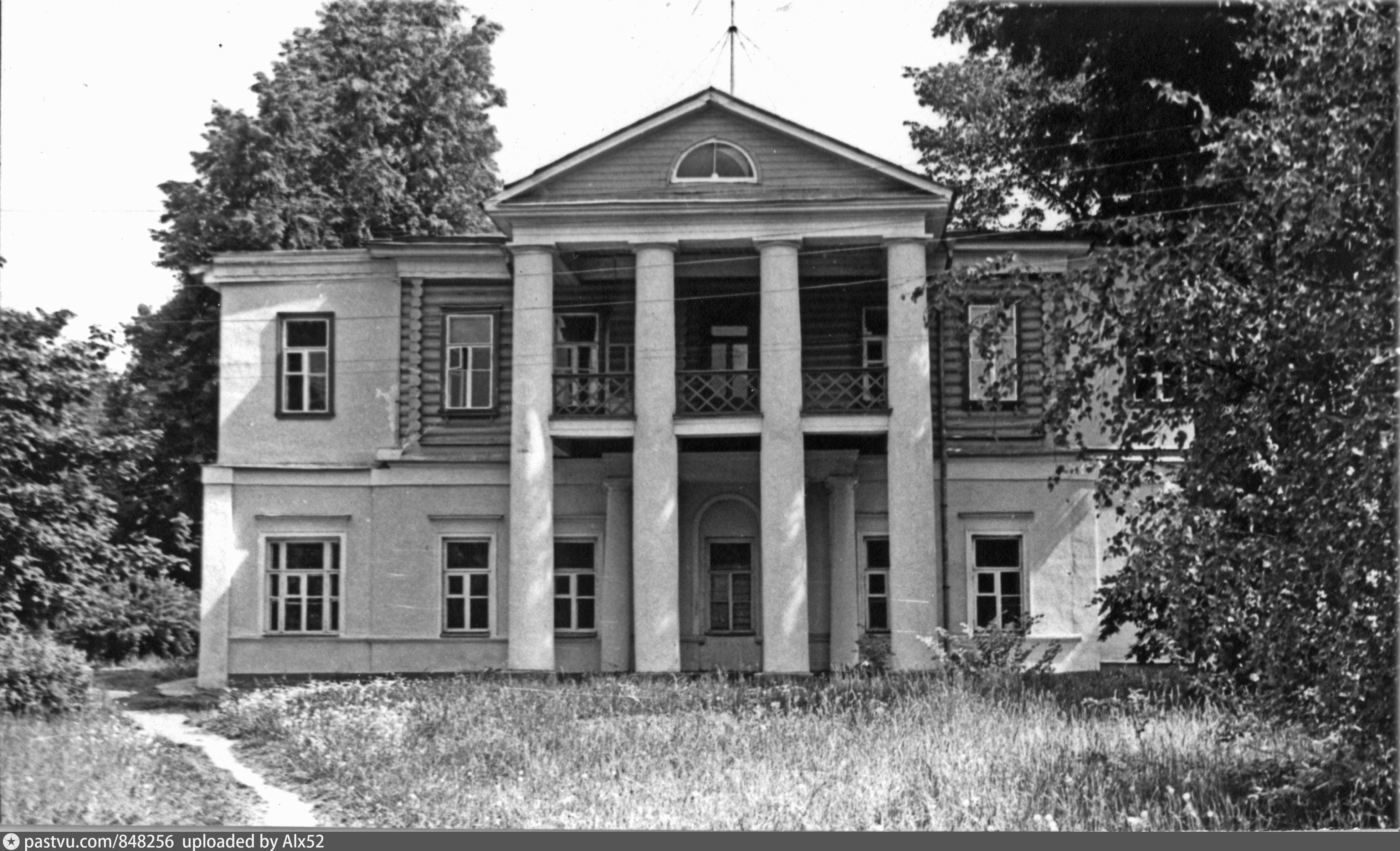 Левый служебный флигель усадьбы Знаменское-Губайлово. Построен в 1780-х годах и первоначально (также как и правый флигель) был одноэтажным. В конце XIX — начале XX века обоим флигелям надстроили вторые этажи, а этот получил ещё и новый деревянный портик с фронтоном.