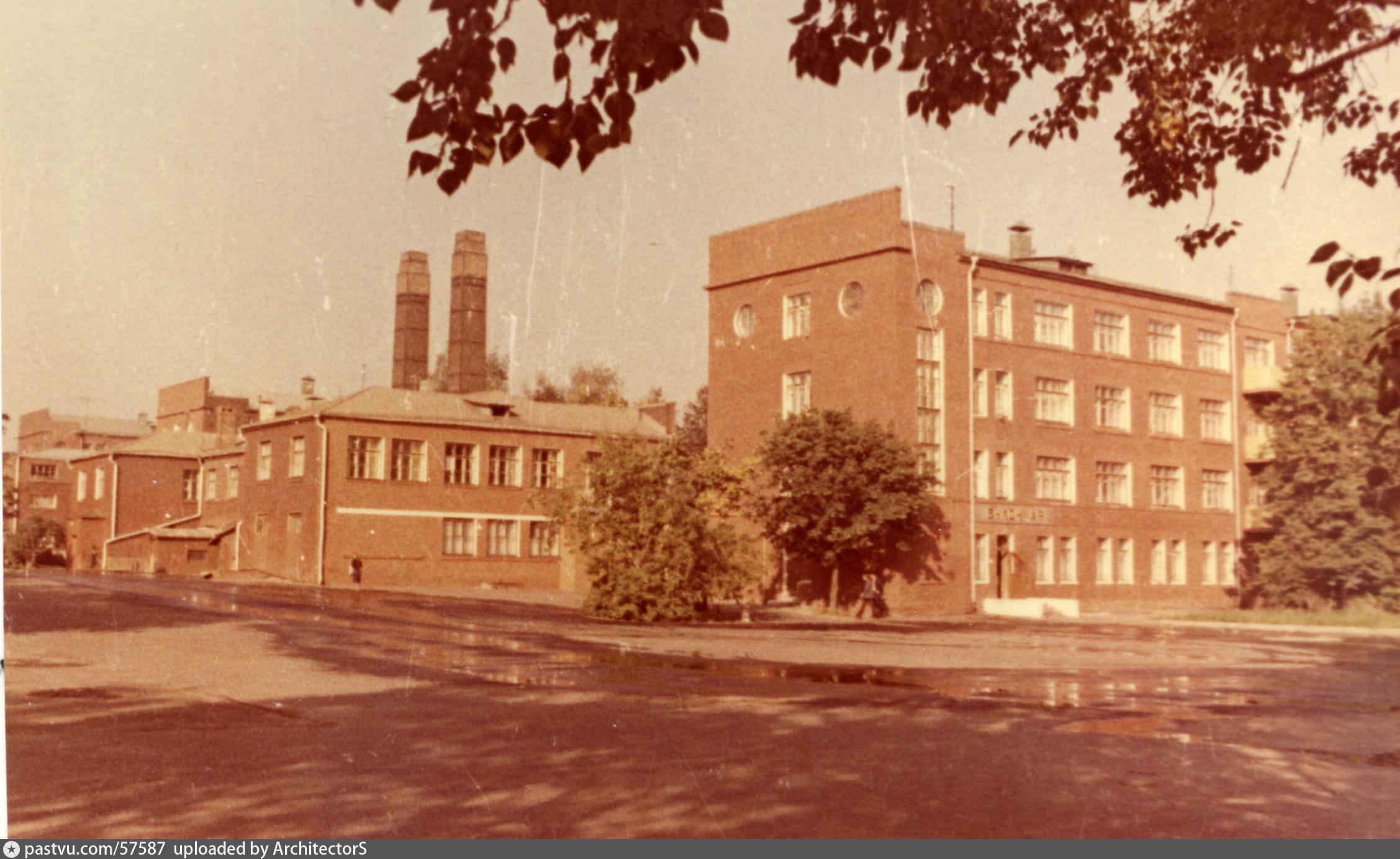 """1975г. В здание общежития видна открытая дверь. над которой вывеска """"Булочная""""."""