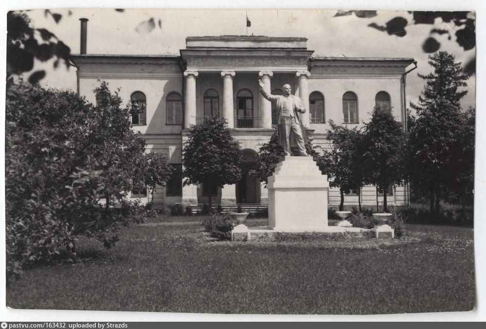 Фотография 1056-1960 года. Памятник Ленину перед Дворцом пионеров.