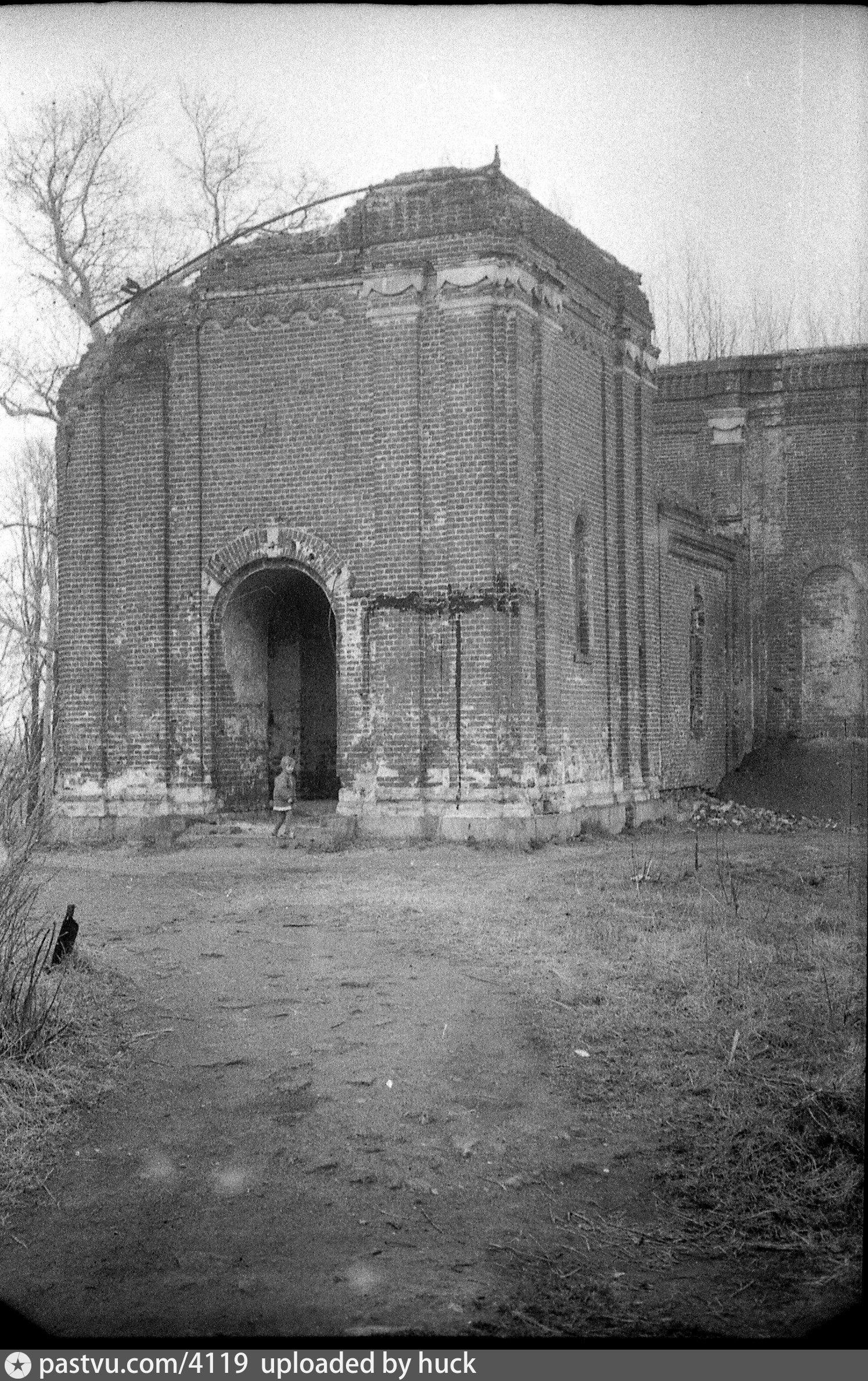 В 1941 году у храма разобрали купол, колокольню тоже укоротили. Причиной послужило то, что высокий храм и колокольня на вершине холма отличный ориентир для немецких самолетов при бомбардировках западных окрестностей Москвы. Восстановление храма началось в 1990-х.