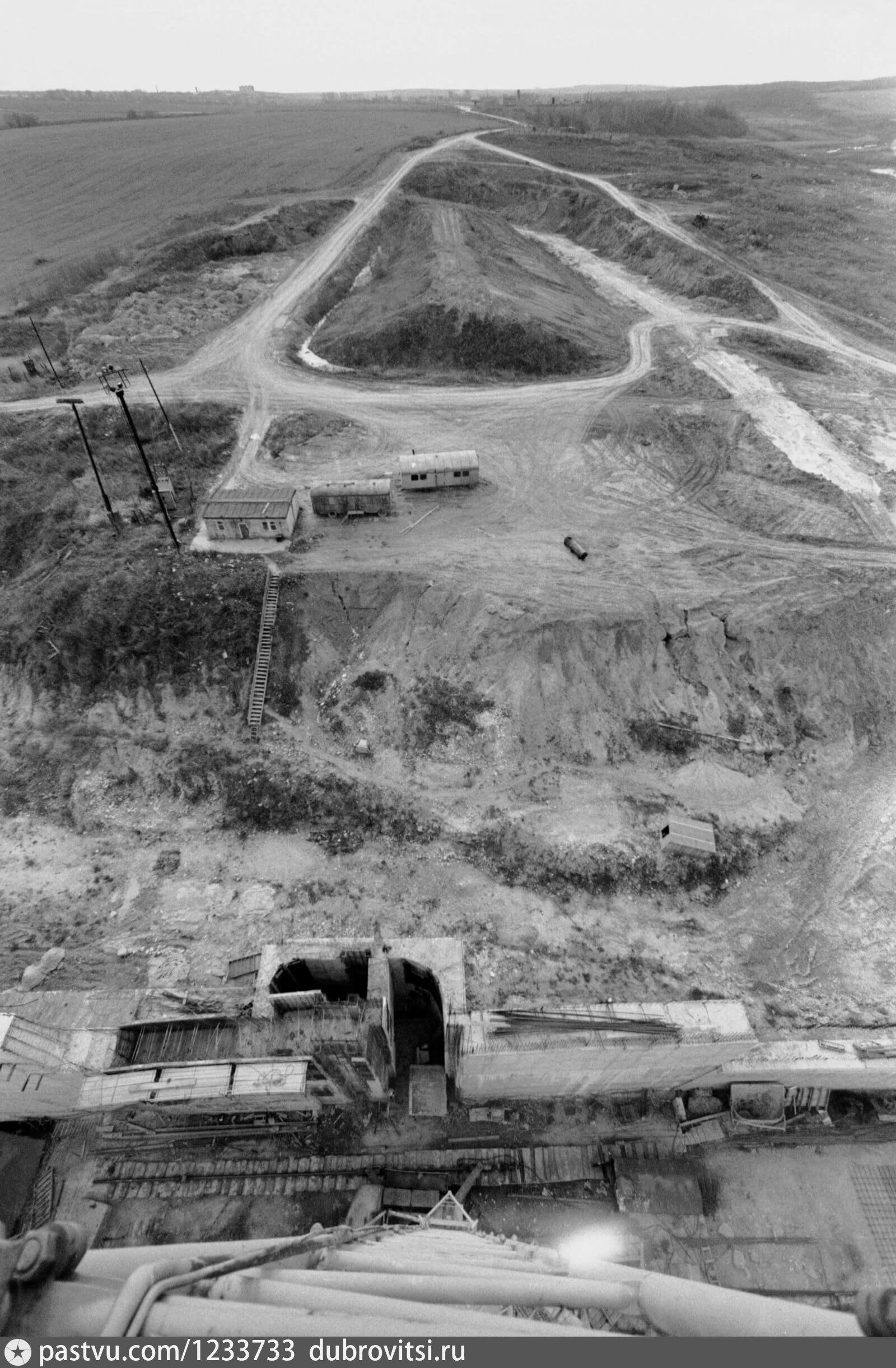 1988год. Фотография сделана из кабины крана. Видите две темные  шахты? Предыдущее фото сделано в одной из них.