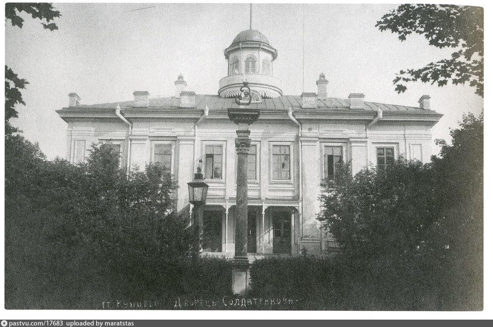Так главный дом усадьбы выглядел на стыке прошлого и позапрошлого веков. На переднем плане колонна установленная в честь приезда в усадьбу императрицы Екатерины II