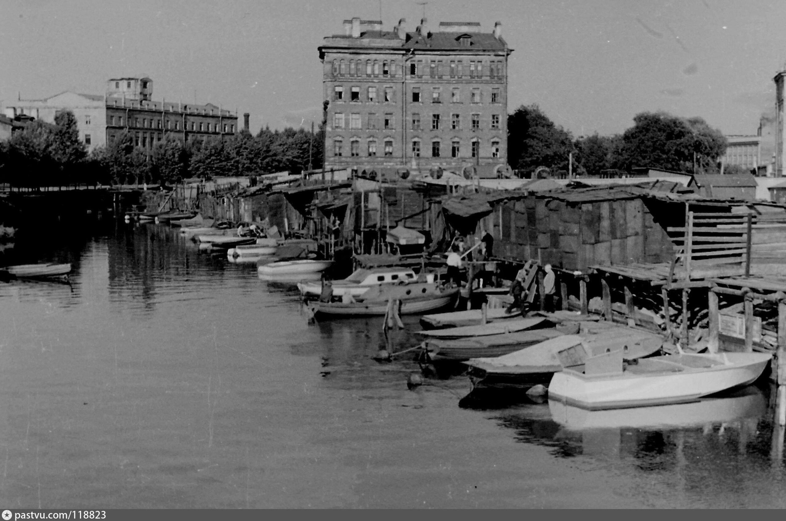Вид на реку Смоленку с моста на фотографии 1965 года. Целая флотилия лодок и катеров вдоль берега, застроенного жуткими сарайчиками.