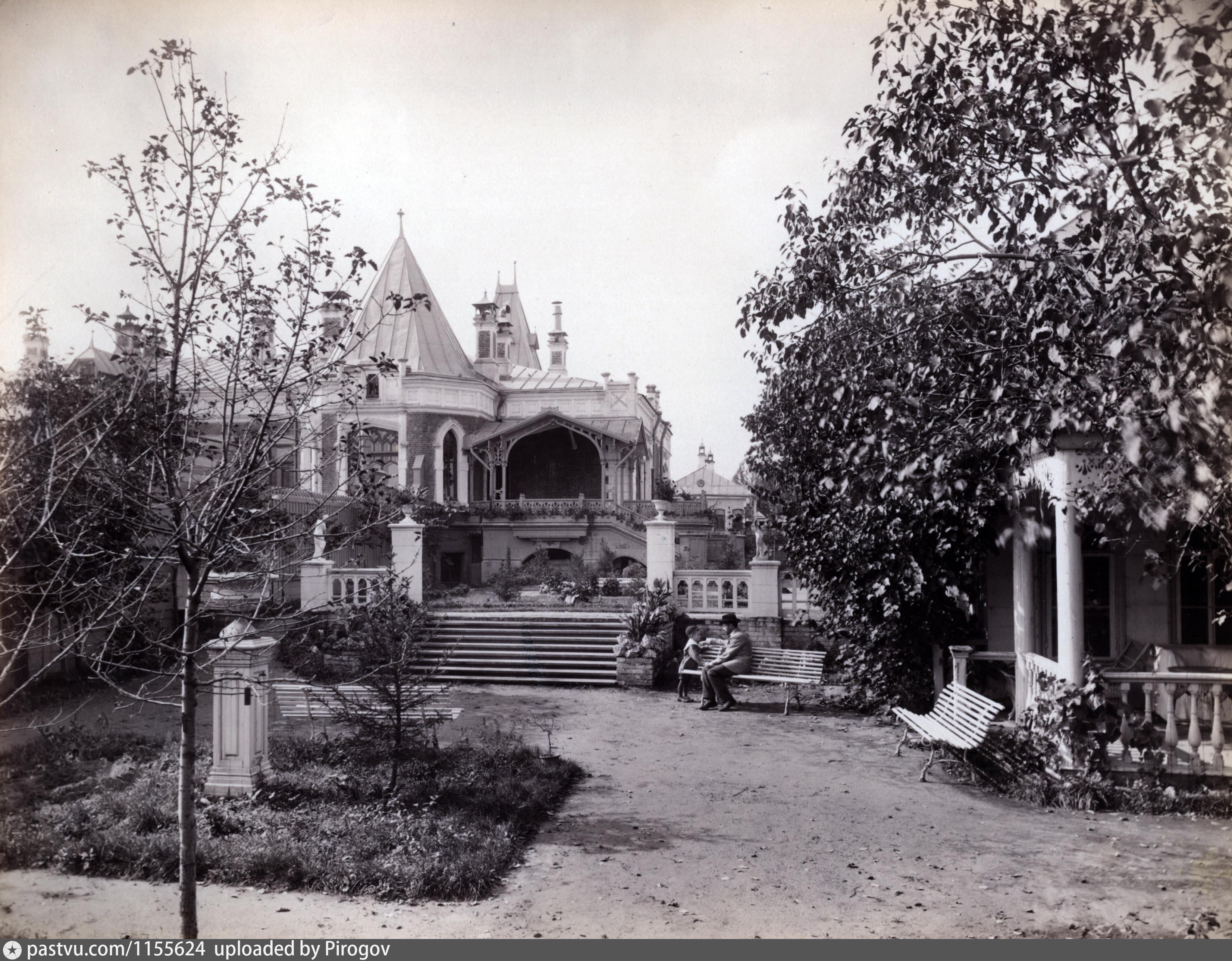 Архитектор Карл Гиппиус изначально устроил белокаменную открытую лестницу в итальянском стиле, плавно спускавшуюся в сад. Затем Бахрушины поняли, что в нашем климате это бессмысленная роскошь.