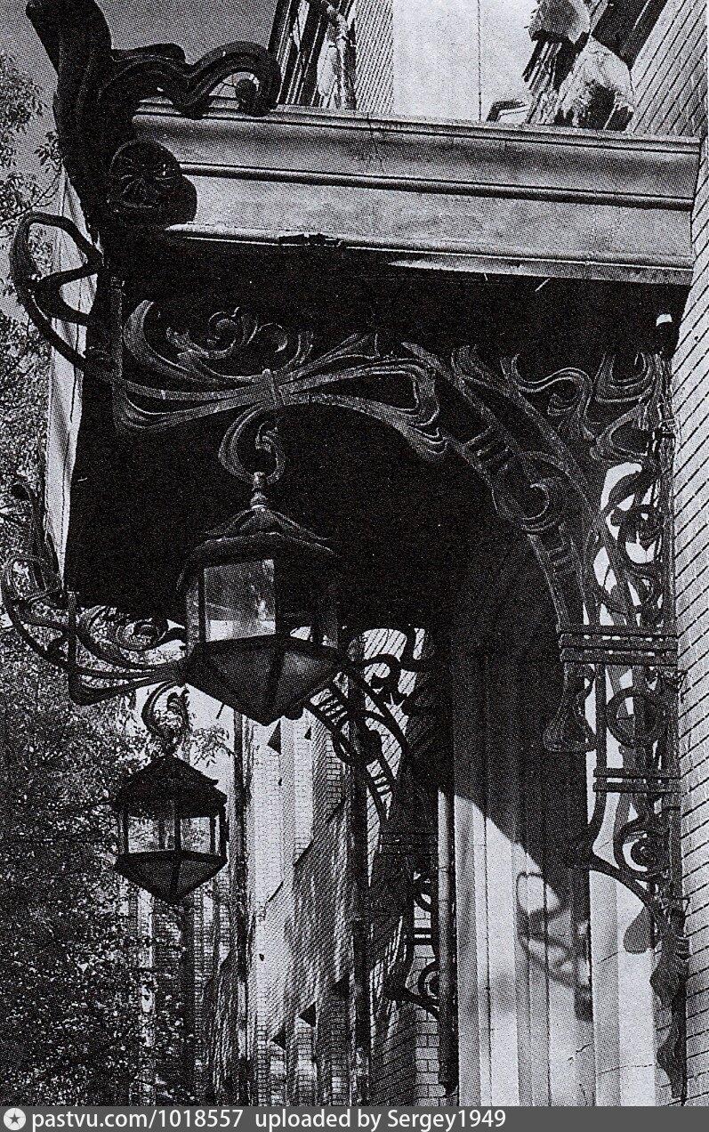 Фото 1980-1998 годов. Козырек над парадным входом и светильники.