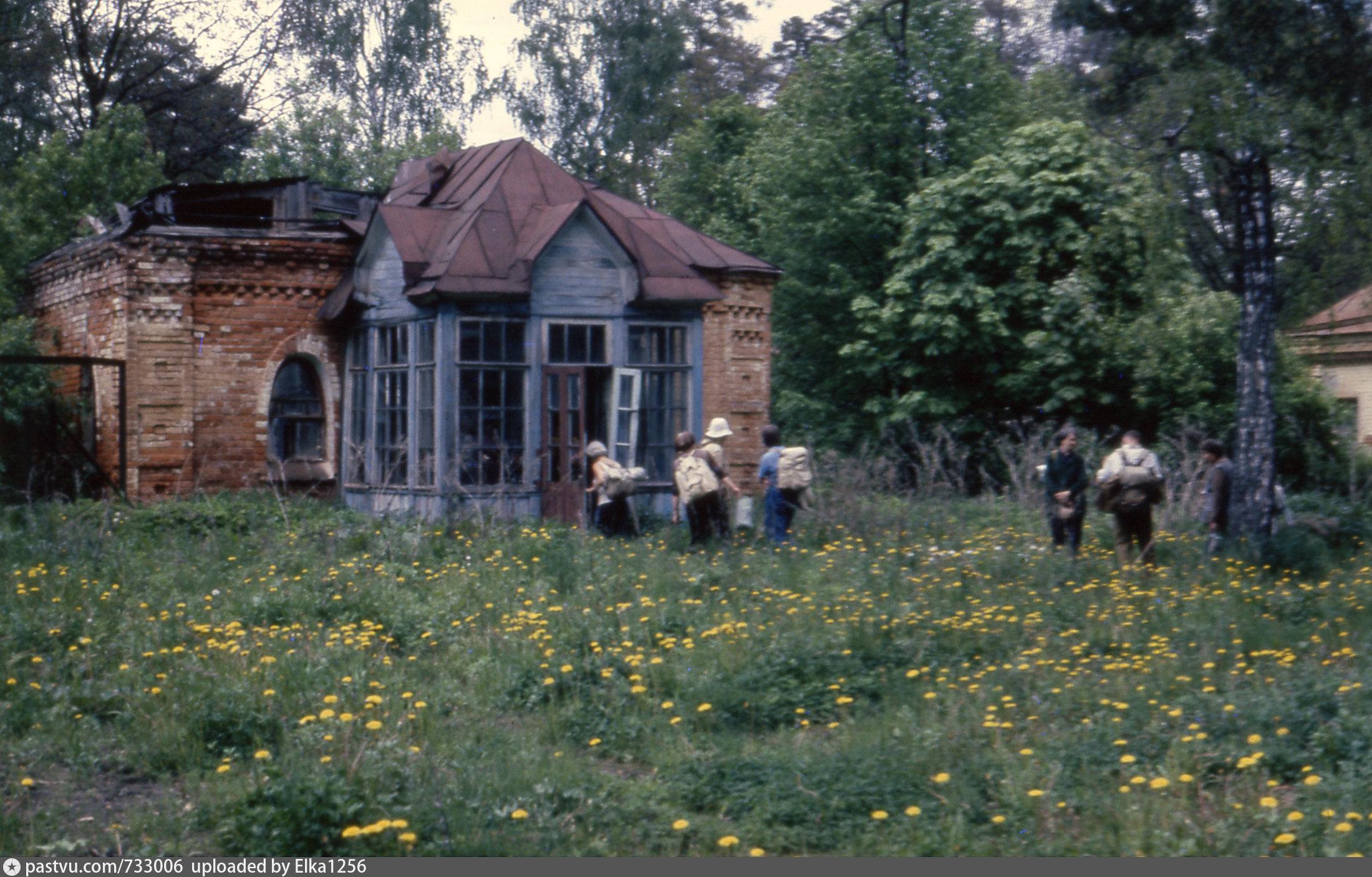 фотография 1992 – 1995гг. Туристы осматривают заброшенные постройки монастыря. Кстати, когда я учился в школе, мы приезжали сюда на турслет и примерно три дня стояли лагерем на берегу Рожайки недалеко от скита.