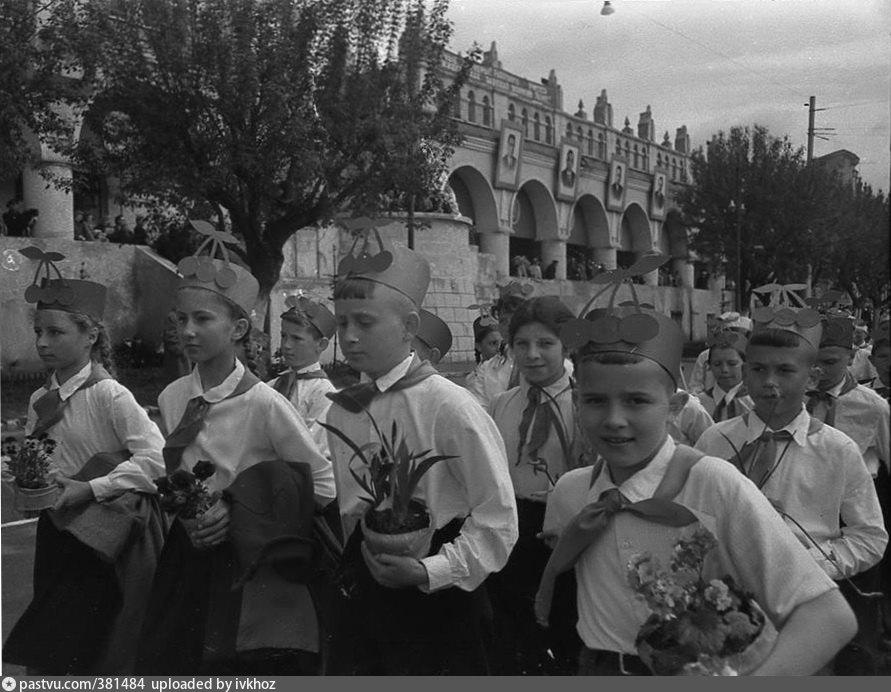 выходи гулять картинка с пионерами древний русский город