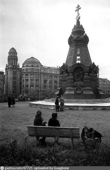 У памятника героям Плевны (1946)