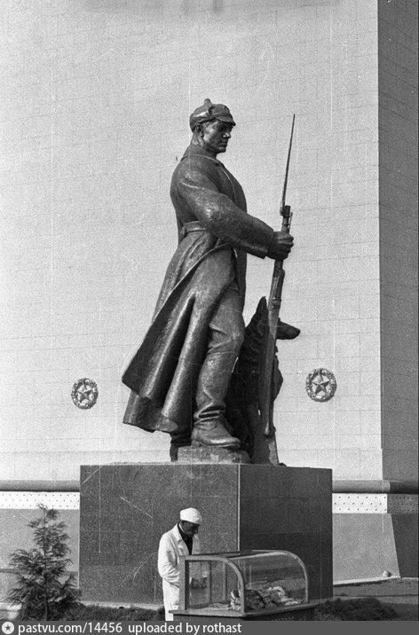 ВСХВ. Скульптура пограничника у павильона Дальнего Востока, 1939