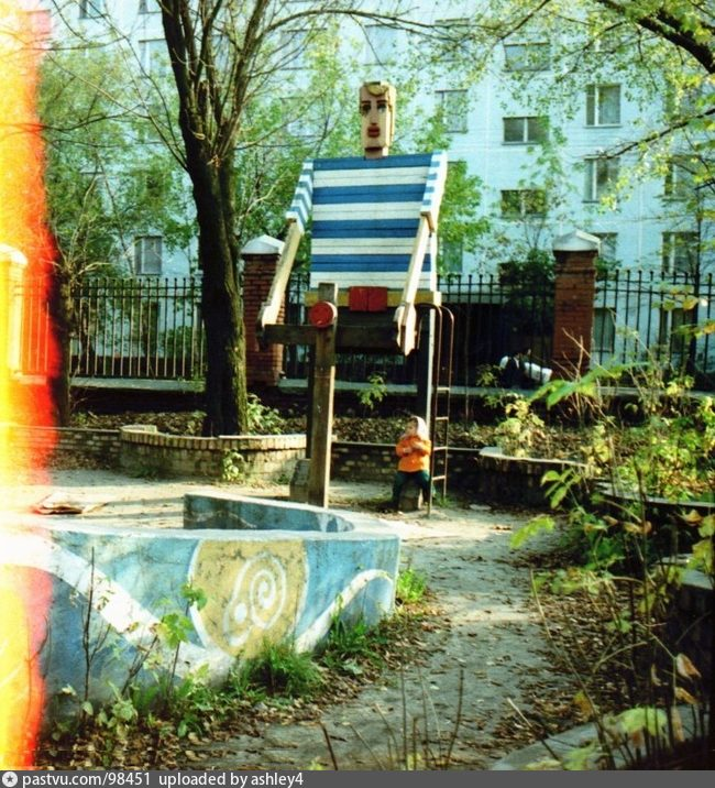 Детская площадка напротив дома 18 к.1 по Новоалексеевской улице