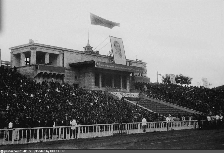 1944 рік, Центральна трибуна стадіону