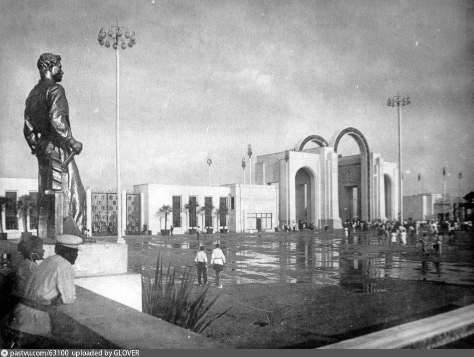 ВСХВ. Возле Центрального входа, 1939-1941