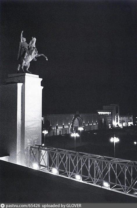 ВСХВ. Скульптура Чапаева на павильоне