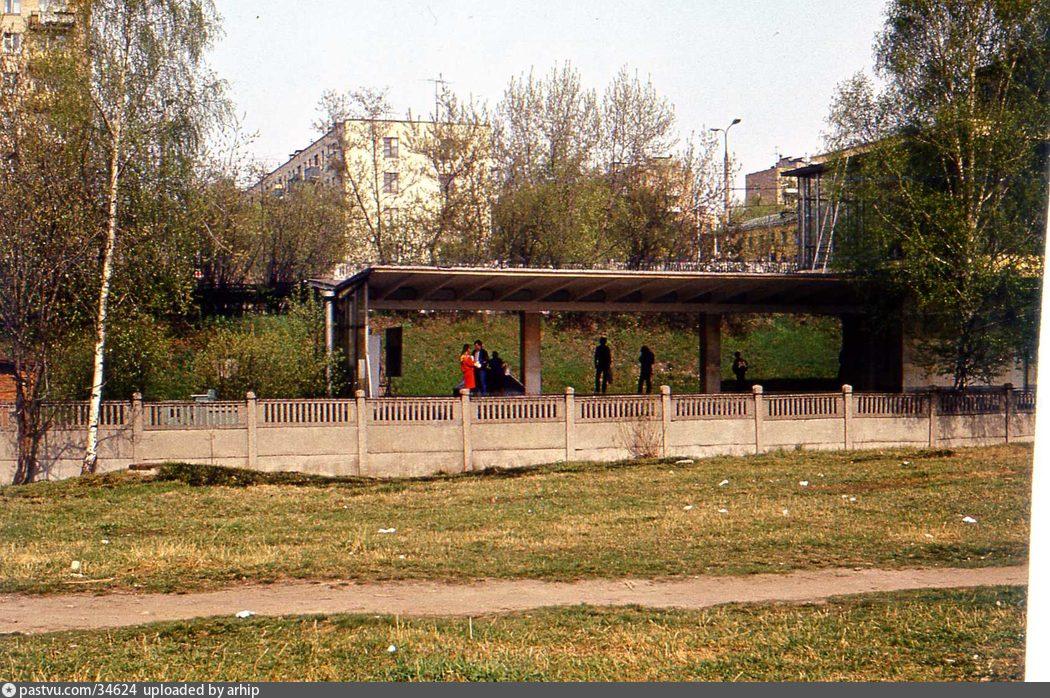 Фотографии по тэгу Станция метро «Багратионовская ...: http://oldmos.ru/old/photo/tag/%d0%a1%d1%82%d0%b0%d0%bd%d1%86%d0%b8%d1%8f+%d0%bc%d0%b5%d1%82%d1%80%d0%be+%c2%ab%d0%91%d0%b0%d0%b3%d1%80%d0%b0%d1%82%d0%b8%d0%be%d0%bd%d0%be%d0%b2%d1%81%d0%ba%d0%b0%d1%8f%c2%bb