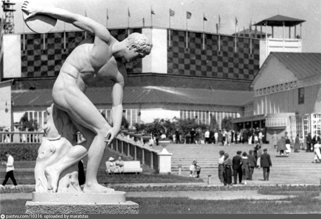 У входа в ЦПКиО, 1939-1941