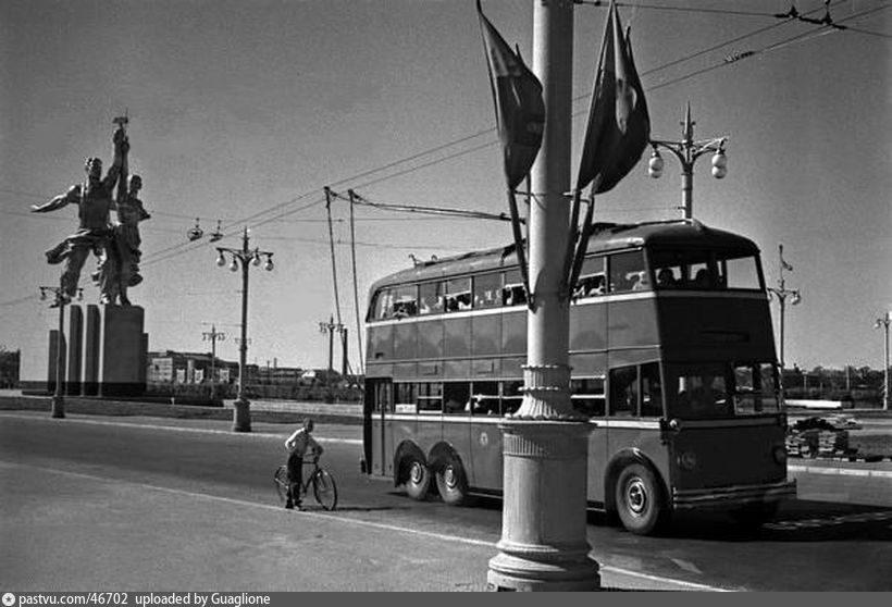 У монумента Рабочий и колхозница (1940)