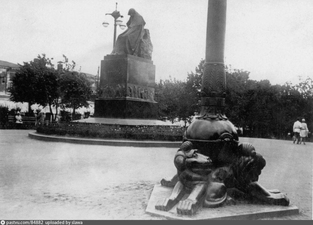 Памятник Н.В. Гоголю на изначальном месте