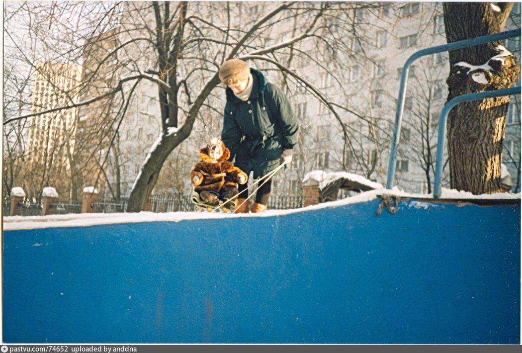 Горка на детской площадке по Новоалексеевской ул.