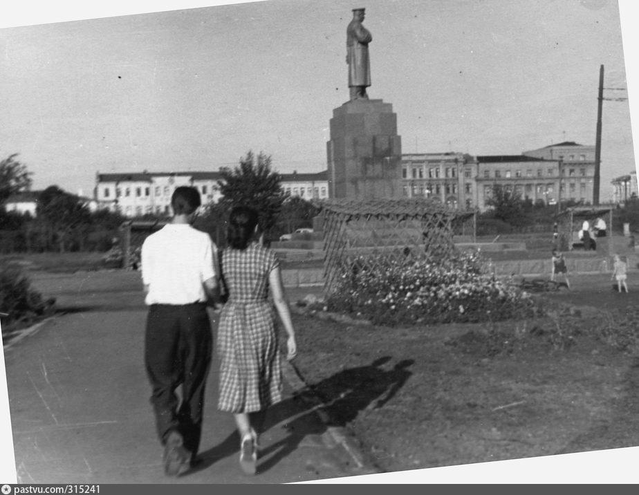 В сквере у памятника Сталину